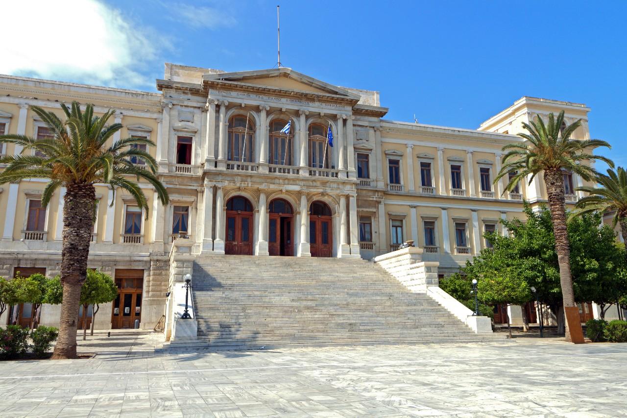 Το πασίγνωστο δημαρχείο της Σύρου